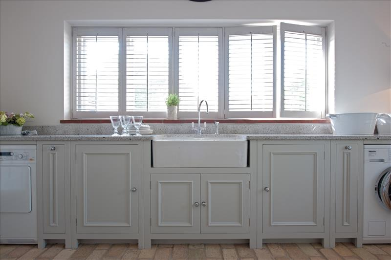 4 Symmetrical pullout base cabinets with large Belfast sink