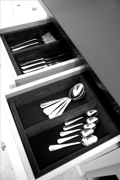 6 Beautifully crafted soft close drawers with velvet covered cutlery trays for that little bit of extra luxury